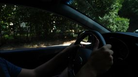 Plan rapproché des mains sur le volant d'une voiture Lueur de Sun 4k, mouvement lent banque de vidéos