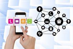 Plan rapproché des mains utilisant de divers apps au téléphone intelligent par des icônes images stock