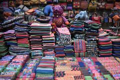 Plan rapproché des matériaux colorés sur un marché local de chatuchak du marché à Bangkok, Thaïlande, Asie Photos stock