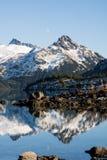 Plan rapproché des montagnes au lac de garibaldi photographie stock