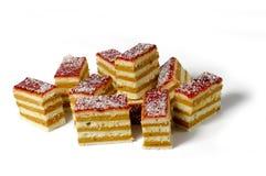 Plan rapproché des morceaux de gâteau posé délicieux Image stock