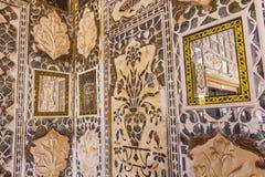 Plan rapproché des murs richement décorés dans le fort ambre à Jaipur Photo stock