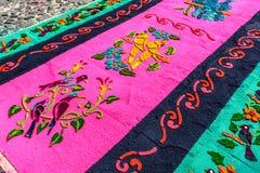 Plan rapproché des oiseaux sur le tapis Lent, Antigua, Guatemala Image libre de droits