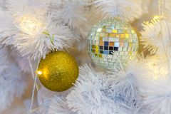 Plan rapproché des ornements de boule de Noël sur les branches blanches Photos stock