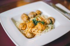 Plan rapproch? des p?tes de spaghetti avec la sauce de boulette de viande et tomate dans un plat blanc sur la table images stock