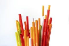Plan rapproché des pailles à boire colorées fond, tubes pour le cockta Images stock