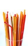 Plan rapproché des pailles à boire colorées fond, tubes pour le cockta Photo libre de droits