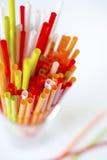 Plan rapproché des pailles à boire colorées fond, tubes pour le cockta Image libre de droits