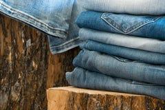 Plan rapproché des paires de jeans photo stock