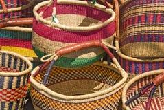 Plan rapproché des paniers tissés colorés fabriqués à la main Photo stock