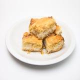 Plan rapproché des parties du gâteau de noix de coco d'isolement Image stock
