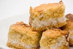 Plan rapproché des parties du gâteau de noix de coco d'isolement Image libre de droits