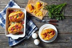 Plan rapproché des patates chaudes fraîchement cuites au four chargées image stock