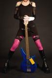 Plan rapproché des pattes de la fille avec la guitare Image stock