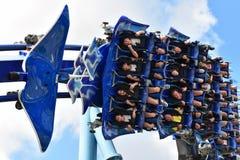 Plan rapproché des personnes appréciant le Manta Ray Rollercoaster, parc à thème d'amusement de Seaworld photos libres de droits