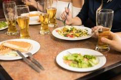 Plan rapproché des personnes mangeant dans un restaurant Images libres de droits