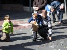 Plan rapproché des personnes rassemblant des caramels de l'asphalte Images libres de droits