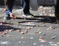 Plan rapproché des personnes rassemblant la sucrerie de l'asphalte Photographie stock libre de droits