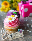 Plan rapproché des petits gâteaux du jour de mère avec l'étiquette Photos stock
