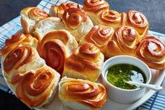 Plan rapproché des petits pains à part savoureux de dîner de traction images libres de droits