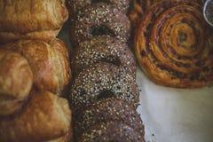 Plan rapproché des petits pains de boucle de cannelle et de raisin sec, sprinkl frais de petits pains images stock