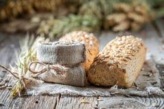 Plan rapproché des petits pains savoureux et faits maison avec des graines de tournesols images stock