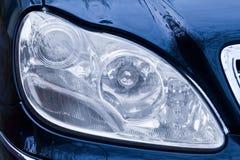 Plan rapproché des phares d'un véhicule Photographie stock
