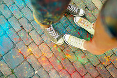 Plan rapproché des pieds au sol entouré par des peintures Photo libre de droits