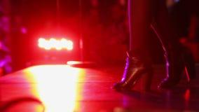 Plan rapproché des pieds avec des talons hauts sautant sur l'étape banque de vidéos