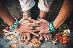 Plan rapproché des pieds de femme en position de yoga extérieure photo stock