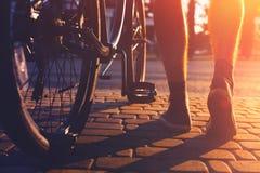 Plan rapproché des pieds et des roues de bicyclette masculins de ville, vue arrière et activité de week-end de vacances d'angle f Photo libre de droits