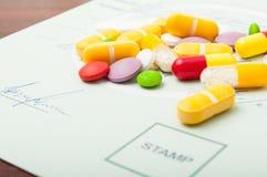 Plan rapproché des pilules sur une prescription médicale Photos stock