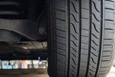 Plan rapproché des pneus de voiture images stock