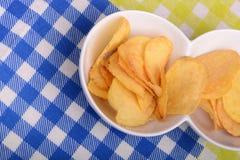 Plan rapproché des pommes chips fraîches et croustillantes dans un plat blanc Photographie stock
