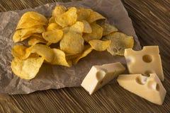 Plan rapproché des puces de potatoe avec du fromage Photos stock