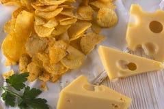 Plan rapproché des puces de potatoe avec du fromage Images stock