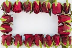 Plan rapproché des roses rouges sur un fond en bois avec le signe vide de message pour votre texte ou message Images libres de droits