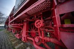 Plan rapproché des roues lourdes de fer d'une locomotive historique images libres de droits