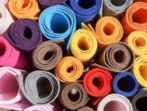 Plan rapproché des rouleaux de papier coloré Images libres de droits