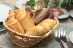 Plan rapproché des roulis de pain dans le panier sur la table Photographie stock libre de droits