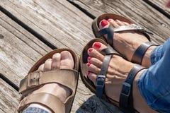 Plan rapproché des sandales sur le pilier en bois photo libre de droits