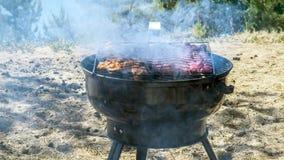 Plan rapproché des saucisses coupées en tranches grillées photo libre de droits