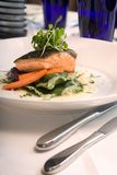 Plan rapproché des saumons avec des légumes Image libre de droits