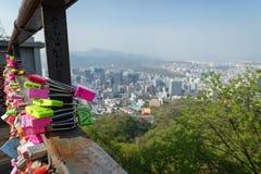 Plan rapproché des serrures d'amour et vue de ville à Séoul Image libre de droits