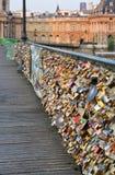 Plan rapproché des serrures d'amour sur le pont de Pont des Arts, Frances de Paris. Photos stock