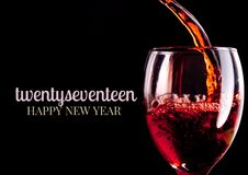 Plan rapproché des souhaits de 2017 bonnes années avec le verre de vin rouge Photographie stock libre de droits