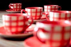 Plan rapproché des tasses rouges colorées de coffe sur la table en bois Images libres de droits