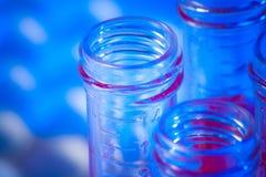 Plan rapproché des tubes à essai avec le liquide rouge dans le laboratoire Photos stock