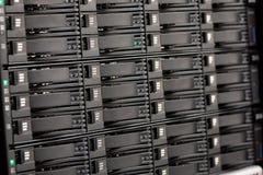 Plan rapproché des unités de disque dur dans le San chez grand Datacenter images stock