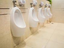Plan rapproché des urinoirs blancs pour les hommes Image stock